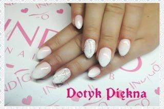 zimowy manicure ślubny z bielą