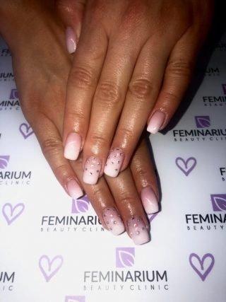 zimowy manicure ślubny ozdoby