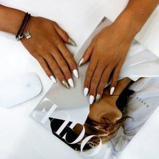zimowy manicure ślubny biało-złoty