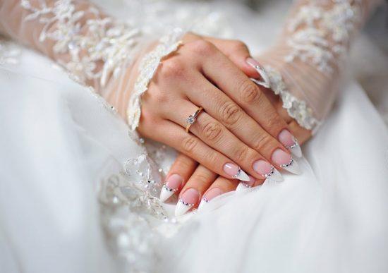 zimowy manicure ślubny